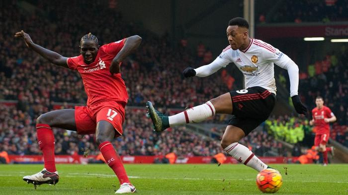 Bek Liverpool, Mamadou Sakho memblok tendangan penyerang Manchester United, Anthony Martial