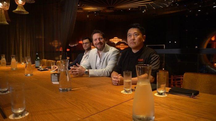 Jared Boles (tengah) Managing Partner TAO Group, dan Kunihiro Moroi (kanan) Chef Eksekutif KOMA saat jumpa pers di KOMA at Marina Bay Sands, Jumat (24/8/2019).