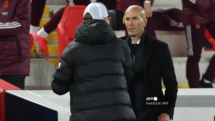Manajer Liverpool Jerman Jurgen Klopp (kiri) dan pelatih Real Madrid Prancis Zinedine Zidane memberi isyarat saat peluit akhir pertandingan sepak bola leg kedua perempat final Liga Champions UEFA antara Liverpool dan Real Madrid di Anfield di Liverpool, barat laut Inggris pada 14 April 2021. Paul ELLIS / AFP