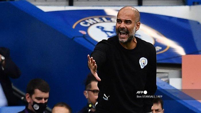 Manajer Manchester City asal Spanyol Pep Guardiola memberi isyarat dari garis samping selama pertandingan sepak bola Liga Premier Inggris antara Chelsea dan Manchester City di Stamford Bridge di London pada 25 September 2021.
