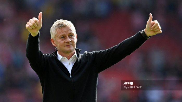 Manajer Manchester United asal Norwegia Ole Gunnar Solskjaer memberi isyarat kepada para penggemar di akhir pertandingan sepak bola Liga Premier Inggris antara Southampton dan Manchester United di Stadion St Mary di Southampton, Inggris selatan pada 22 Agustus 2021.