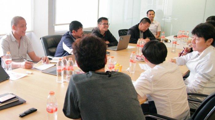 manajer-pelatih-shin-tae-yong-melakukan-rapat-bersama-nova-arianto-indra-sjafri.jpg