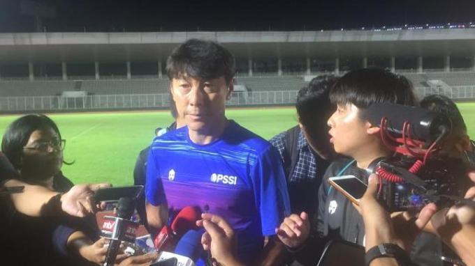 Manajer pelatih Timnas Indonesia, Shin Tae-yong saat diwawancarai