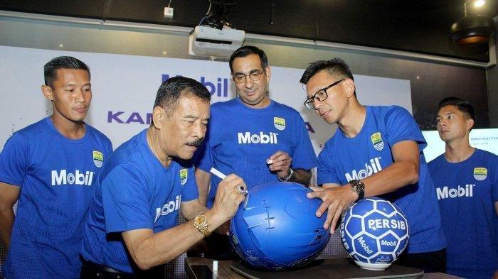 Manajer Persib Bandung Umuh Muchtar dan Direktur PT PBB Teddy Tjahyono menandatangani bola dalam konferensi pers ExxonMobil menjadi sponsor Persib.