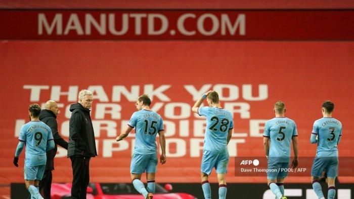 Manajer West Ham United Skotlandia David Moyes (2L) menyapa para pemainnya saat mereka meninggalkan lapangan pada akhir pertandingan sepak bola Liga Premier Inggris antara Manchester United dan West Ham United di Old Trafford di Manchester, barat laut Inggris, pada 14 Maret 2021 .
