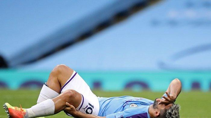 Striker Argentina Manchester City, Sergio Aguero bereaksi setelah cedera dalam tantangan dengan pemain belakang Burnley, Inggris, Ben Mee (tidak digambarkan) selama pertandingan sepak bola Liga Premier Inggris antara Manchester City dan Burnley di Stadion Etihad di Manchester, Inggris barat laut, pada 22 Juni, 2020. (MARTIN RICKETT / POOL / AFP)