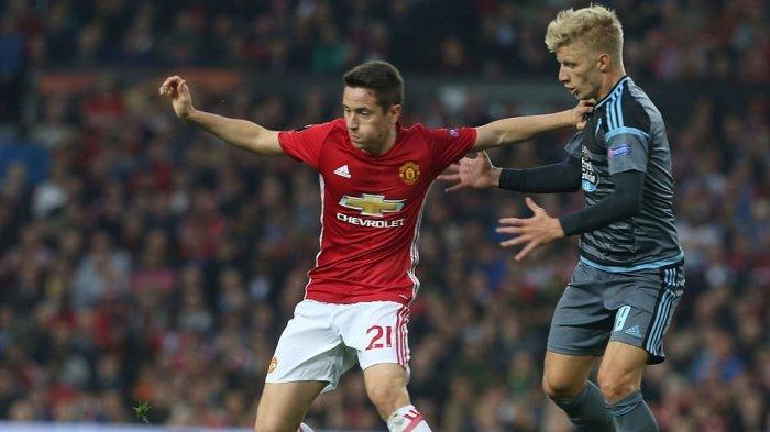 Gelandang Manchester United, Ander Herrera (kiri) menahan pemain Celta Vigo, Daniel Wass dalam perebutan bola di leg kedua semifinal Liga Eropa, 11 Mei 2017.
