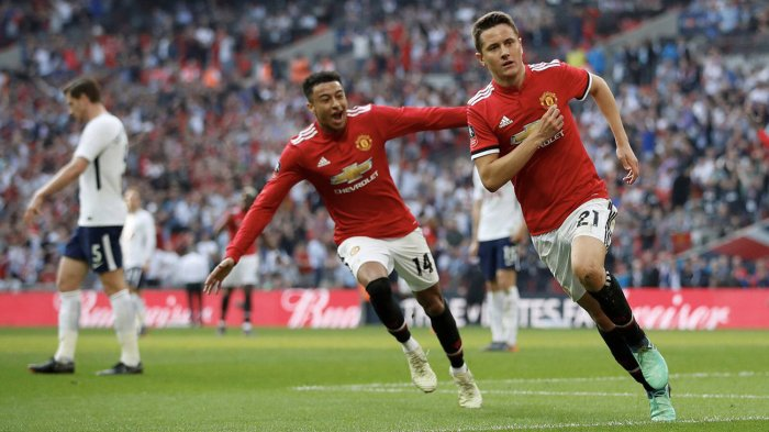 Pemain Manchester United, Ander Herrera (kanan) merayakan golnya ke gawang Tottenham Hotspur bersama rekannya, Jesse Lingard dalam laga semifinal Piala FA di Stadion Wembley, Inggris, Sabtu (21/4/2018) waktu setempat.
