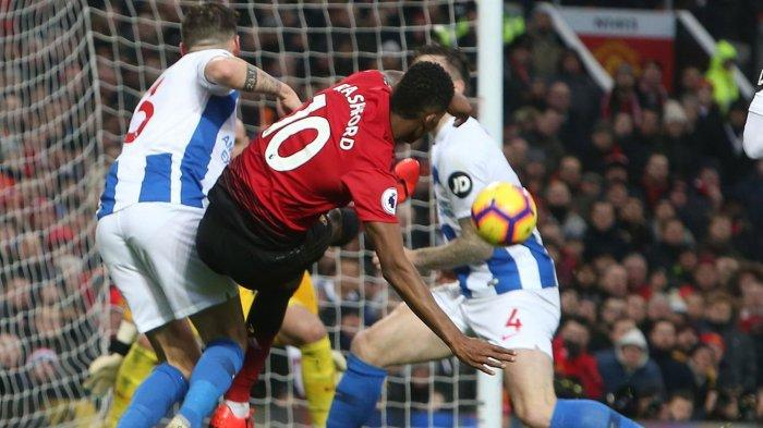 Pemain Manchester United, Marcus Rashford (tengah) mencetak gol ke gawang Brighton and Hove Albion pada laga pekan ke-23 Liga Inggris di Stadion Old Trafford, Manchester, Inggris, Sabtu (19/1/2019) malam WIB.