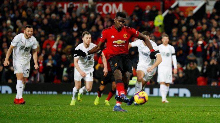 Pemain Manchester United, Paul Pogba mengeksekusi tendangan penalti yang berbuah gol ke gawang Burnley dalam laga pekan ke-24 Liga Inggris di Stadion Old Trafford, Manchester, Inggris, Rabu (30/1/2019) dini hari WIB.