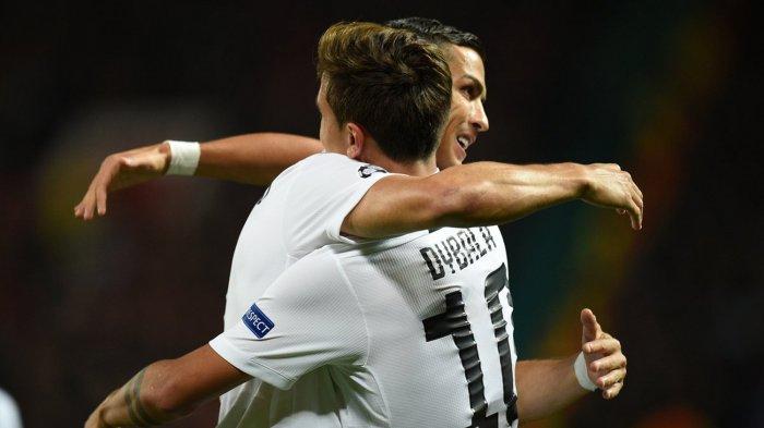 Pemain Juventus, Paulo Dybala (kanan) merayakan golnya ke gawang Manchester United bersama rekannya, megabintang Cristiano Ronaldo dalam laga penyisihan Grup H Liga Champions 2018-2019 di Stadion Old Trafford, Manchester, Inggris, Rabu (24/10/2018) dini hari WIB.