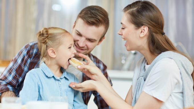 Ini Manfaat Rutin Makan Bersama Keluarga untuk Si Kecil, Bisa Tingkatkan Kedekatan Orangtua dan Anak