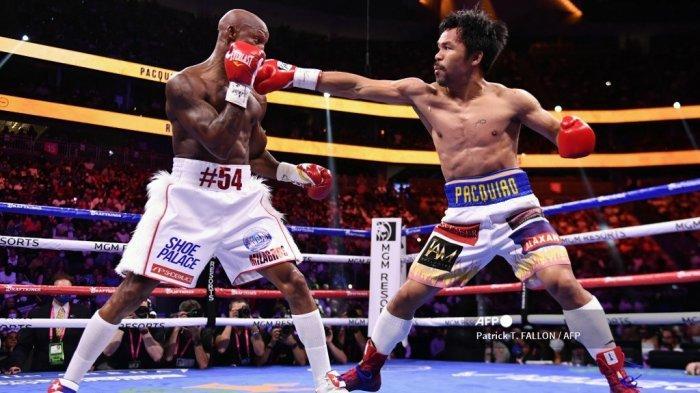 Manny Pacquiao (kanan) dari Filipina bertarung melawan Yordenis Ugas dari Kuba