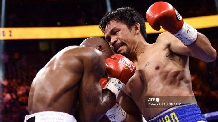 Manny Pacquiao (kanan) dari Filipina bertarung melawan Yordenis Ugas