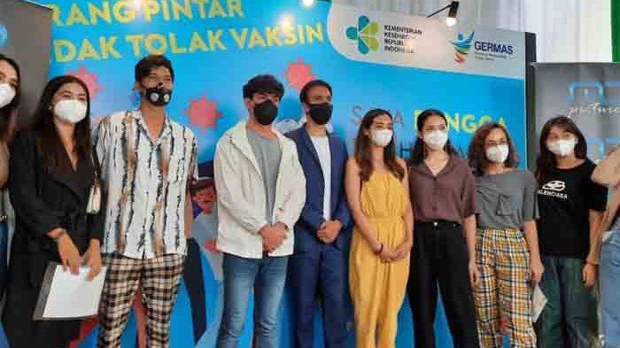 Manoj Punjabi dan sederet artis usai proses vaksinasi covid-19 di kawasan Kebayoran Baru Jakarta Selatan, Selasa (30/3/2021).