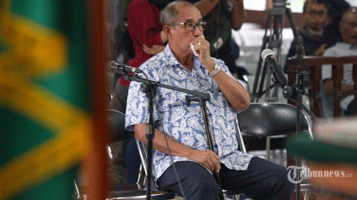 Mantan Bupati Bandung Barat, Abu Bakar menjalani sidang dengan agenda vonis di Pengadilan Tipikor Bandung, Jalan LLRE Martadinata, Kota Bandung, Senin (17/12/2018). Dalam sidang tersebut, majelis hakim menjatuhkan hukuman kepada Abu Bakar pidana penjara 5 tahun 6 bulan dan denda sebesar Rp 200 juta, setelah dinyatakan bersalah melakukan tindak pidana korupsi menerima suap. Abubakar pun diharuskan membayar uang pengganti sebesar Rp 485 juta. TRIBUN JABAR/GANI KURNIAWAN
