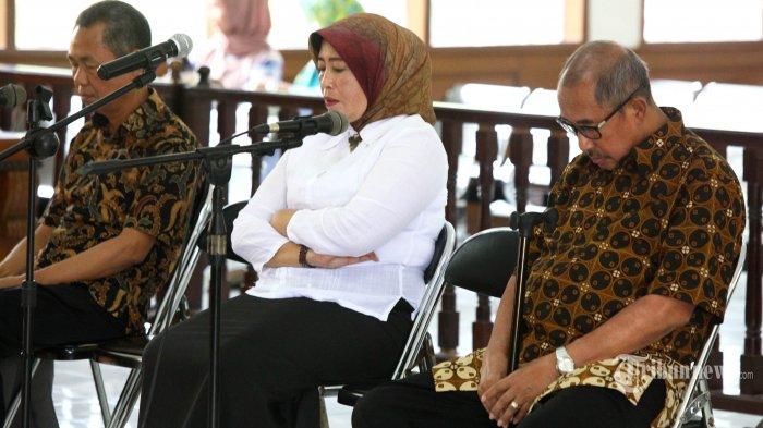 Mantan Bupati Kabupaten Bandung Barat (KBB) Abubakar, mantan Kadisperindag KBB Weti Lembanawati, dan mantan Kepala Bapelitbangda KBB Adiyoto mendengarkan pembacaan tuntutan dari Jaksa Penuntut Umum (JPU) KPK pada sidang lanjutan perkara suap dana kampanye yang melibatkan pejabat di KBB, di Pengadilan Tipikor Bandung, Jalan LLRE Martadinata, Kota Bandung, Senin (5/11/2018). Dalam sidang tersebut, JPU KPK menuntut Abubakar hukuman delapan tahun penjara dan denda Rp 400 juta, Weti dituntut hukuman 7 tahun penjara dan denda Rp 200 juta, dan Adiyoto dituntut hukuman 6 tahun penjara dan denda Rp 200 juta. (TRIBUN JABAR/GANI KURNIAWAN)