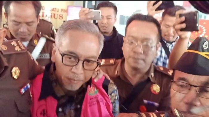Mantan Direktur Keuangan Jiwasraya Hary Prasetyo keluar menggunakan rompi tahanan berwarna merah jambu saat keluar dari Gedung Bundar, Kejaksaan Agung RI, Jakarta Selatan, Selasa (14/1/2020).