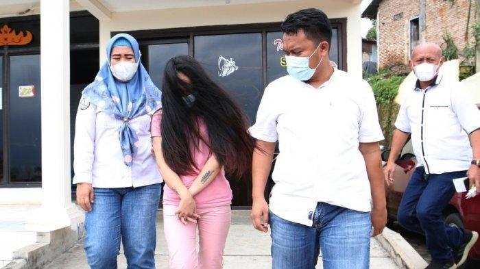 Mantan istri Andika Kangen Band, Chairunnisa alias Caca, diamankan Polda Lampung karena kasus narkoba, Rabu (10/2/2021). (Tribunlampung.co.id / Deni Saputra)