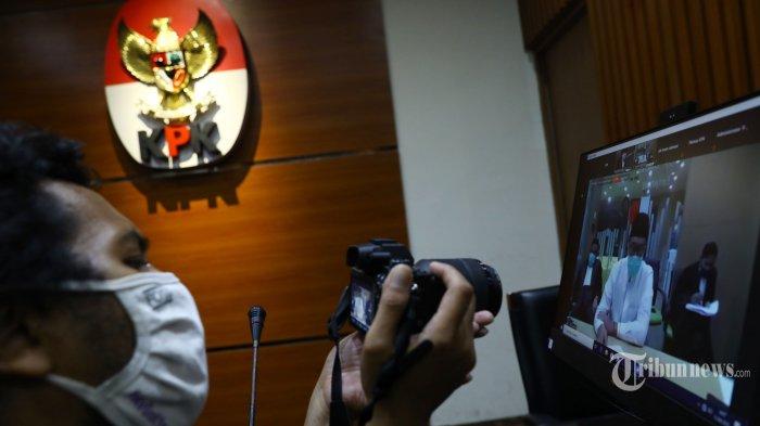 Terdakwa mantan Menteri Pemuda dan Olahraga (Menpora), Imam Nahrawi menjalani sidang tuntutan yang disiarkan secara live streaming di Gedung KPK, Jakarta Selatan, Jumat (12/6/2020). Jaksa Penuntut Umum (JPU) KPK menuntut Imam Nahrawi dengan hukuman 10 tahun penjara dalam kasus suap senilai Rp 11,5 miliar dan gratifikasi Rp 8,648 miliar dari sejumlah pejabat Kemenpora dan Komite Olahraga Nasional Indonesia (KONI). Tribunnews/Irwan Rismawan