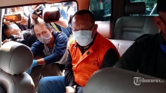 Mantan Sekretaris Mahkamah Agung (MA) Nurhadi (tengah) memakai baju tahanan Komisi Pemberantasan Korupsi (KPK) usai menjalani pemeriksaan di gedung KPK, Jakarta, Selasa (2/6/2020). KPK menangkap Nurhadi dan menantunya, Rezky Herbiyono yang sudah buron selama empat bulan terkait kasus dugaan suap gratifikasi senilai Rp 46 miliar. WARTA KOTA/HENRY LOPULALAN