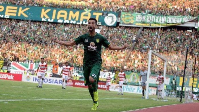 Manuchehr Jalilov saat melakukan selebrasi setelah memasukkan gol semata wayang ke gawang Madura United di laga leg 1 babak semifinal Piala Presiden 2019 yang berlangsung di Stadion GBT, Surabaya, Rabu (3/4/2019).