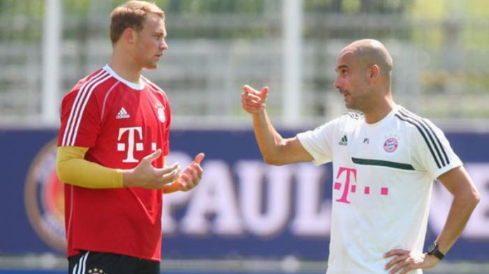 Manuel Neuer dan Pep Guardiola saat sesi latihan Bayern Muenchen