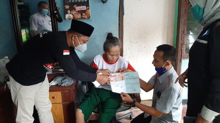 Manun Menangis Ketika TKSK Kecamatan Bojonggede Menyalurkan Bantuan Sosial Tunai