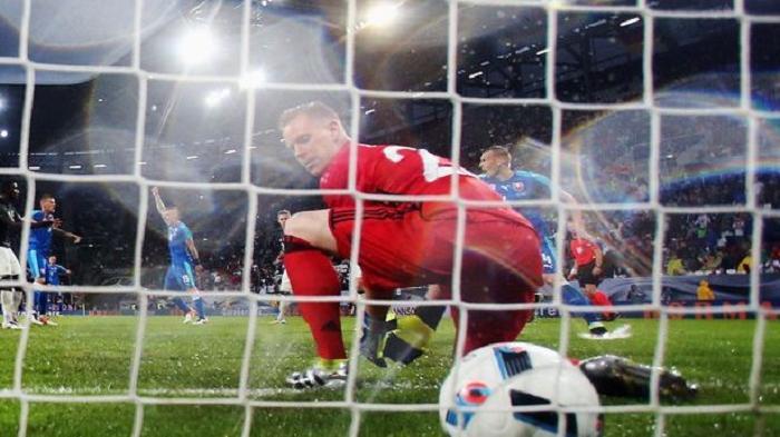 Marc-Andre ter Stegen gagal menghalau bola yang masuk ke gawangnya di laga persahabatan Jermab vs Slovakia