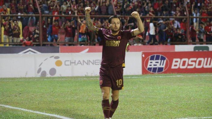 Marc Klok bermain kala menghadapi Arema FC