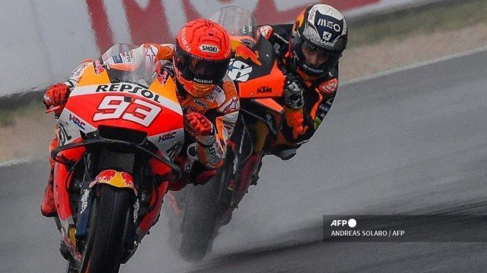 Pembalap Honda Spanyol Marc Marquez (kiri) dan pembalap KTM Portugis Miguel Oliveira mengendarai motor mereka selama sesi latihan bebas kedua menjelang Grand Prix MotoGP San Marino di Misano World Circuit Marco-Simoncelli pada 17 September 2021 di Misano Adriatico, Italia.