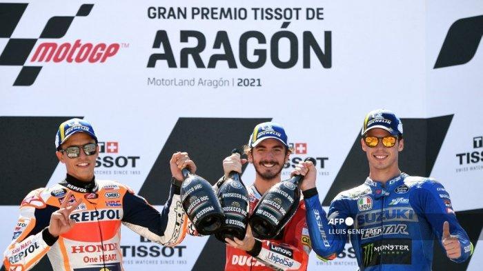 Pembalap Honda Spanyol Marc Marquez (kiri), pembalap Italia Ducati Francesco Bagnaia dan pembalap Suzuki Spanyol Joan Mir (kanan) merayakan di podium Moto Grand Prix Aragon di sirkuit Motorland di Alcaniz pada 12 September 2021.