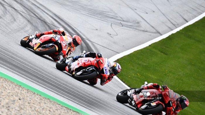 (kiri) Pembalap Honda Spanyol Marc Marquez, pembalap Ducati-Pramac Spanyol <a href='https://manado.tribunnews.com/tag/jorge-martin' title='JorgeMartin'>JorgeMartin</a> dan pembalap Italia Ducati <a href='https://manado.tribunnews.com/tag/francesco-bagnaia' title='FrancescoBagnaia'>FrancescoBagnaia</a> bersaing selama Grand Prix Sepeda Motor Austria di trek balap Red Bull Ring di Spielberg, Austria pada 15 Agustus 2021.