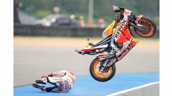 Marc Marquez terlempar dari motornya di sesi FP1 MotoGP Thailand 2019 (4/10).