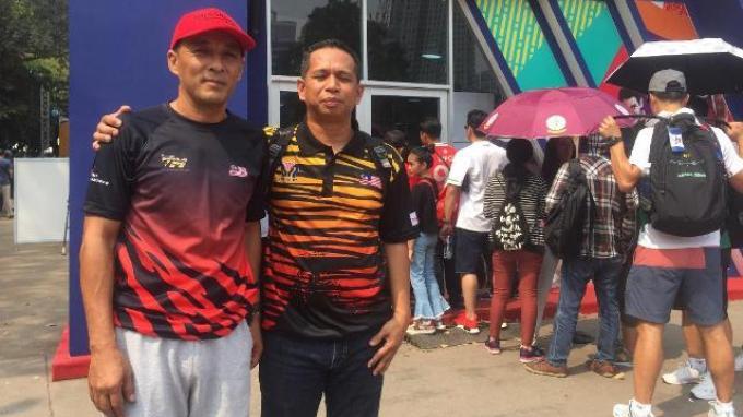 Warga Malaysia Rela Panas-panasan Demi Marchandise Asian Games 2018