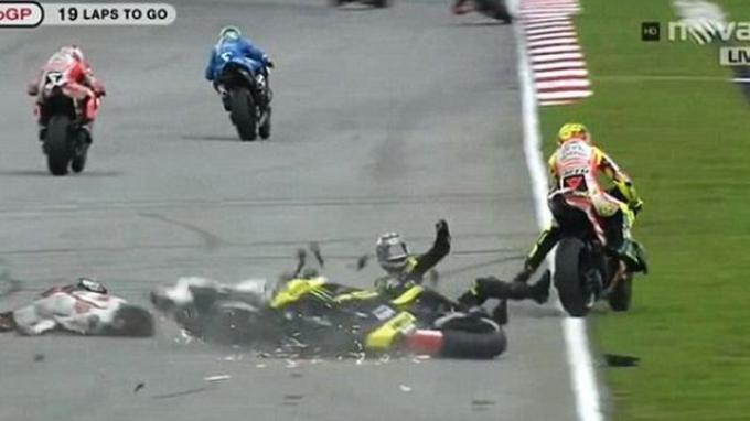 Marco Simoncelli mengalami crash yang berujung kematiannya pada gelaran MotoGP Malaysia 2011.