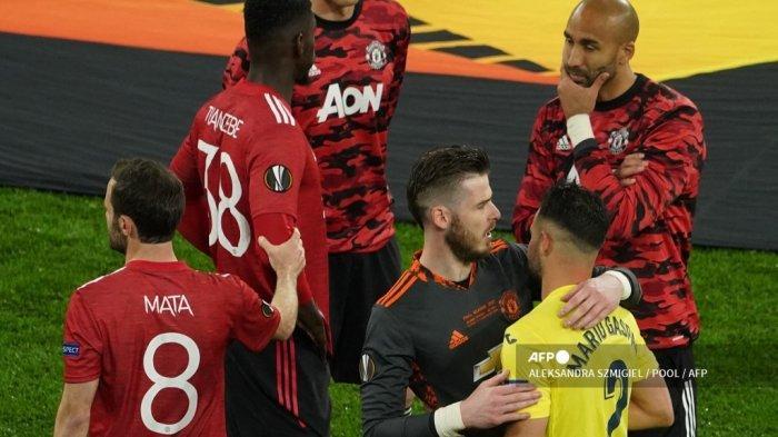 Bek Spanyol Villarreal Mario Gaspar (kanan) memeluk kiper Spanyol Manchester United David de Gea pada akhir final sepak bola Liga Eropa UEFA 2021 antara Villarreal Spanyol dan Manchester United Inggris di Stadion Gdansk di kota Gdansk Polandia pada 26 Mei 2021.