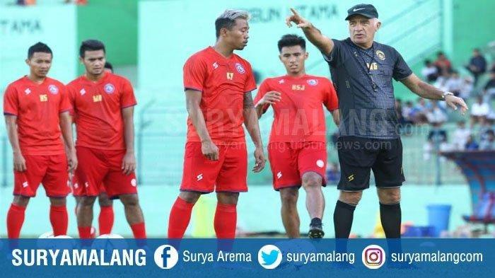 Mario Gomez memberikan instruksi pada pemain dalam latihan Arema FC di Stadion Gajayana Malang, Jumat (17/1/2020).
