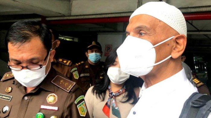 Didampingi Kepala Pusat Penerangan Hukum Kejaksaan Agung, Leonard Eben Ezer Simanjuntak, Mark Sungkar keluar dari tahanan Kejaksaan Agung, Jakarta Selatan, Rabu (5/5/2021).