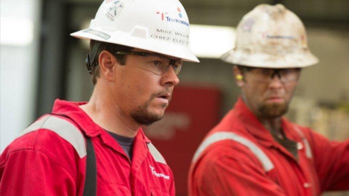 Mark Wahlberg dan Jeremy Sande dalam Deepwater Horizon (2016)