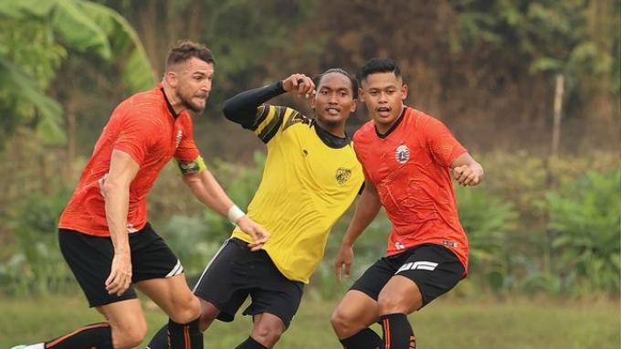 Marko Simic dan Taufik Hidayat saat membela Persija Jakarta yang harus mengakui kekalahan dari AHHA PS Pati dengan skor 0-1 dalam pertandingan uji coba, Selasa (24/8/2021) kemarin.