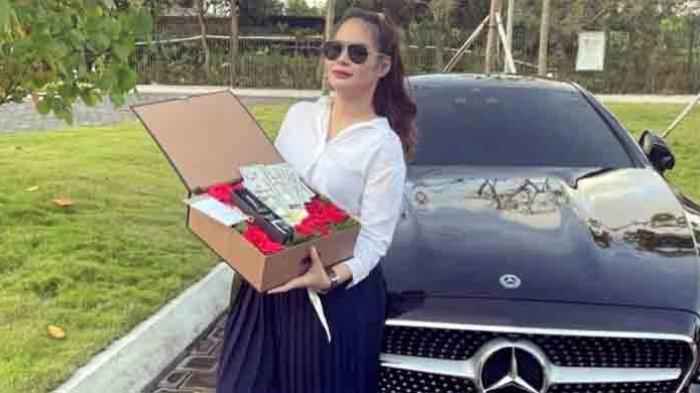 Shyalimar Malik megunggah sebuah foto sedang memamerkan mobil Mercedez Benz baru tanpa nomor polisi, dan uang dolar yang ada didalam sebuah kotak bunga.