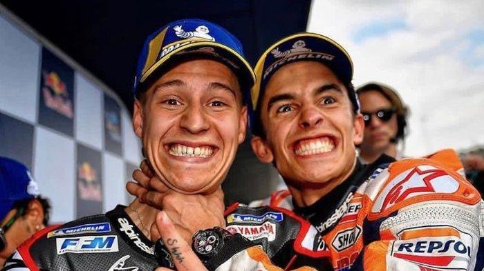 Fabio Quartararo (kiri) dan Marc Marquez (kanan) melakukan selebrasi seusai melakoni sesi kualifikasi MotoGP Spanyol 2019.