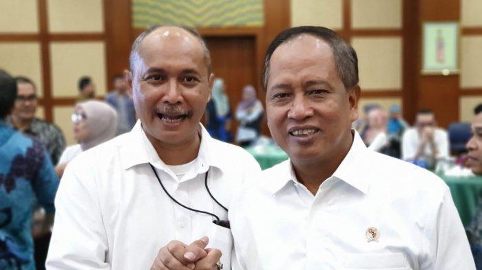 Direktur Tribun Network, Febby Mahendra Putra bersama dengan Menteri Riset, Teknologi, dan Pendidikan Tinggisaat acara Anugerah Jurnalis dan Media Kemenristekdikti 2018 di Jakarta, Kamis (28/1/2019).