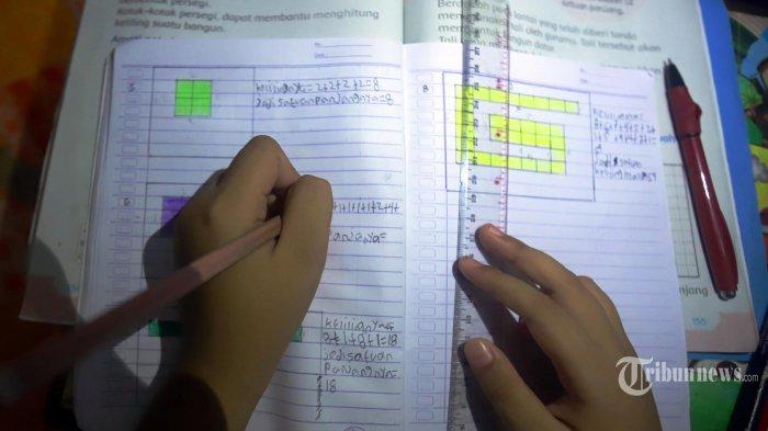 Siswa belajar dari rumah didampingi orangtua, Selasa (31/3/2020). Pemprov DKI Jakarta memperpanjang masa belajar di rumah selama wabah Covid-19 hingga 19 April 2020 mendatang. Mulanya masa kegiatan belajar di rumah bagi siswa-siswi diberlakukan selama dua pekan, terhitung sejak 16 Maret sampai 29 Maret 2020.
