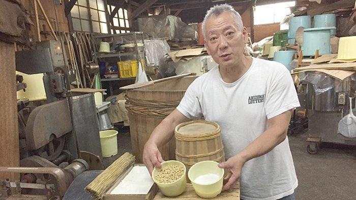Masahiro Tsujita, profesional pembuat Miso Jepang dengan bahan baku yang dipegangnya.