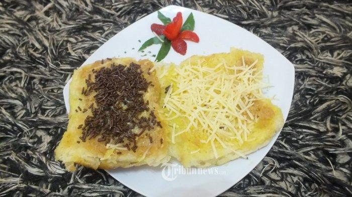 OKEBRO WARUNK NONGKRONK - Roti Bakar Original, merupakan salah satu menu, yang disediakan OkeBro Warunk Nongkronk, yang berlokasi di Jalan Terusan Jakarta 321, Antapani, Bandung, Jawa Barat, No Telepon 022 7204211 & Akun twitter: @warung_okebro. Harga Rp 15000, keunggulan terbuat dari roti pilihan yang lezat, rasa bumbu khas OkeBro, renyah dan empuknya maknyus. WARTA KOTA/nur ichsan  OkeBro, Warunk Nongkronk mempunyai, keunggulan seperti: 1. Adanya moviebro sehingga pengunjung bisa makan sambil nonton,berupa ruangan exlusive mini movie yg memberikan tontonan edukasi,religi,atau film bioskop  2. Adanya ruang meeting,ruang vip dan persentasi room serta mushola 3. Ada ruang terapi reflexi dan totok aura serta boddy massage, jadi pasien sambil menunggu hidangan bisa mengikuti layanan tsb 4. Ada smoking area dan halaman yang di design khusus sebagai tempat nongkrong yang nyaman 5. Keunggulan rasa berbeda dengan resto lainnya  6. Ada promo - promo buat pengunjung,beli 5 gratis 1,promo umroh,dll 7. Resto bernuansa religi,karyawati semua pake kerudung,pemiliknya seorang ustadz,dan ada acara ngaji di kafe bareng ustadz dan artis  8. Ada tempat curhat bareng ustadz.       9. Nama pemilik H Kemal Faisal Ferik seorang ustadz pendiri Pengajian Komunitas Cinta Ilahi.