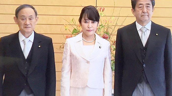 Masako Mori, Menteri Kehakiman Jepang yang baru (tengah) diapit Sekretaris Kabinet Yoshihide Suga (kiri) dan PM Jepang Shinzo Abe (kanan).