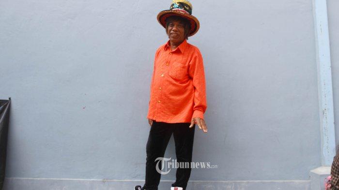 Pesulap Pak Tarno berpose saat ditemui wartawan di kawasan Tendean, Jakarta, Selasa (27/2/2018). Lama tak kelihatan, pesulap Pak Tarno mengaku memiliki dua orang istri, salah seorangnya berprofesi pramugari dan sudah memiliki satu orang anak. Pak Tarno belum lama ini mendapat musibah karena tertipu ratusan juta rupiah. TRIBUNNEWS/HERUDIN