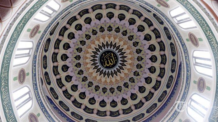 Kubah dalam Masjid Agung Al Azhar Kebayoran Baru Jakarta yang dihiasi dengan kaligrafi, Sabtu (9/5/2020). Masjid yang dibangun pada tahun 1953 dan selesai pembangunan pada 1958 itu awalnya bernama Masjid Agung Kebayoran dan pernah menyandang masjid terbesar di Jakarta saat itu hingga selesainya pembangunan Masjid Istiqlal pada 1978. Nama Al Azhar kemudian digunakan untuk masjid yang menjadi satu dengan kompleks lembaga pendidikan saat kunjungan Imam Besar Al-Azhar Mesir, Mahmud Syaltut pada tahun 1960. Penamaan ini merujuk pada pencapaian imam besar masjid, Abdul Malik Karim Amrullah (atau dikenal sebagai Hamka), seorang ulama dan aktivis Islam yang dianugerahi gelar doktor kehormatan oleh Universitas Al-Azhar, Mesir. TRIBUNNEWS/HERUDIN